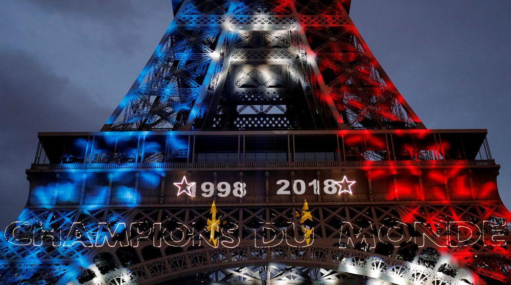 Иллюминация на Эйфелевой башне, где также написаны года прежних побед Франции: 1998 и 2018.