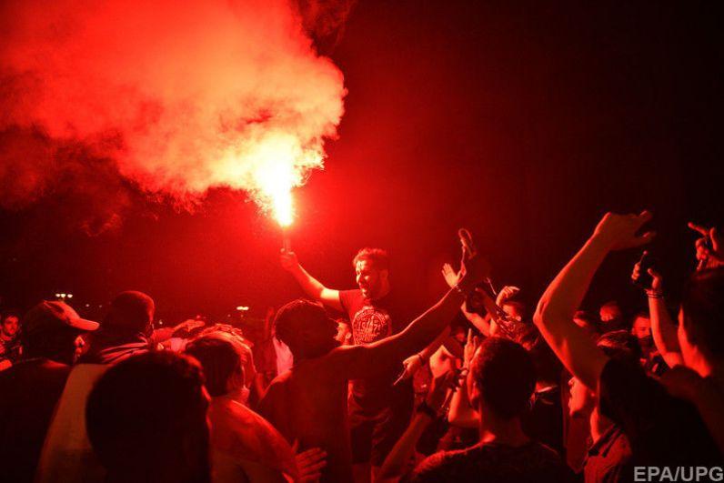 Кроме того, на улицах зажглись и файеры, на которые уже отреагировала полиция.