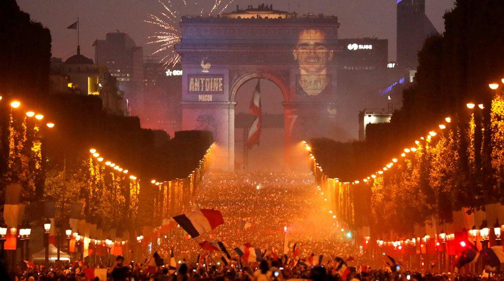 Иллюминация на улицах Парижа в честь празднования победы.