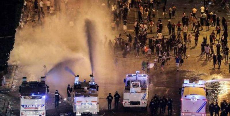 На фото: полиция разгоняет митингующих с помощью воды. Всего, кстати, в беспорядках пострадало несколько десятков человек, еще двое - погибли.