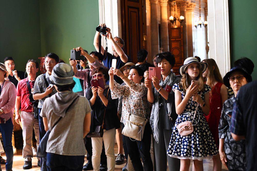 Туристы в Эрмитаже, Санкт-Петербург.