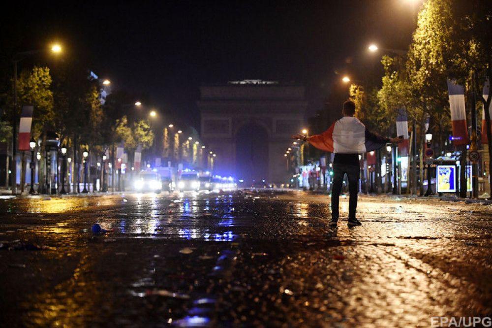 Полиция начала разгонять демонстрантов, некоторых, особо буйных, пришлось даже задержать.