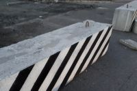 В Рощино на местах для парковки вновь установили бетонные блоки