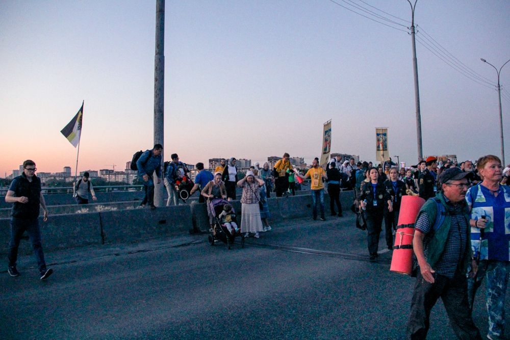 Одним из препятствий для верующих стали ограждения, установленные на мосту