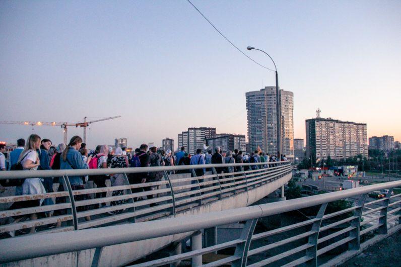 Во время крестного хода паломники раскачали Бебелевский мост