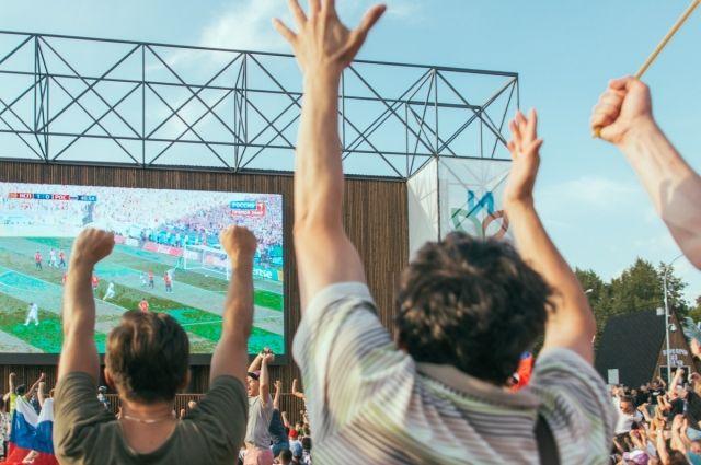 Во время главного турнира на экране в парке им. Кирова показали 64 матча.