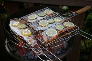 Свежая рыба на гриле получается сочной, её филе хорошо отделяется от костей.