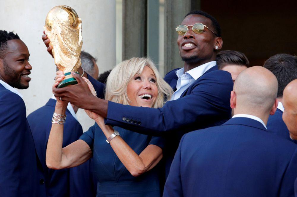Футболист Поль Погба и первая леди Франции Брижит Макрон.