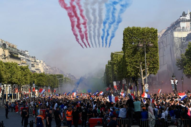 Самолеты Patrouille de France над Елисейскими полями в Париже.