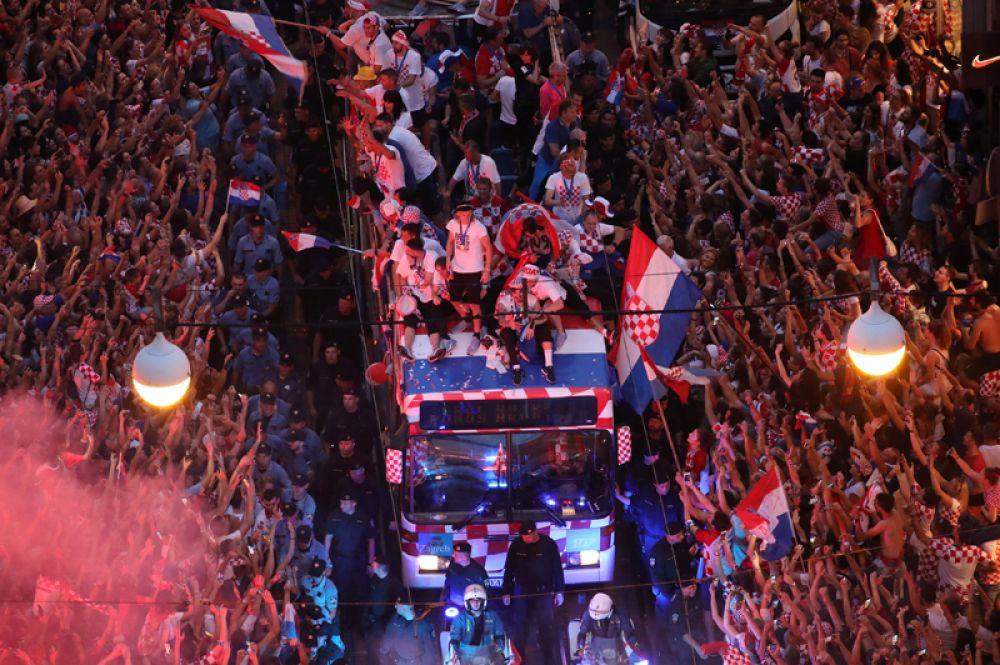Автобус с футболистами сборной Хорватии и встречающие его фанаты.