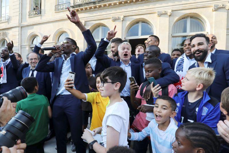 Полузащитник сборной Франции Поль Погба и тренер сборной Дидье Дешам во время приема в Президентском дворце в Париже.