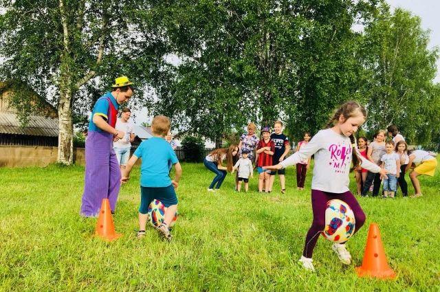 Дети смогли бесплатно поиграть на батутах, а аниматоры занимали детей играми и конкурсами.