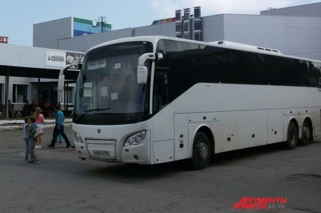 На трассе под Ижевском автобус резко остановился, салон стал заполнять дым.