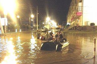Жители улицы Гомельской возвращаются домой на лодках.