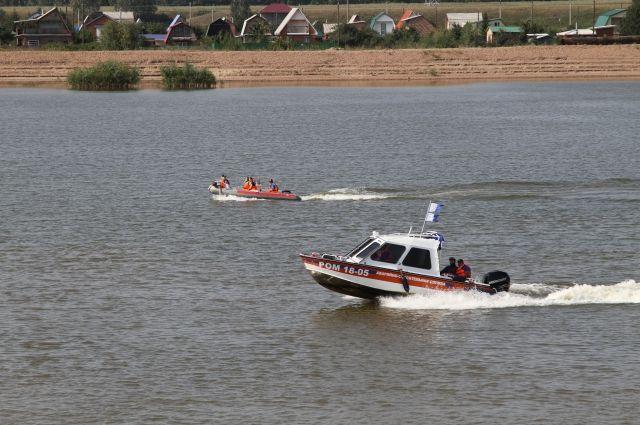 Акваторию Иртыша патрулируют спасатели.
