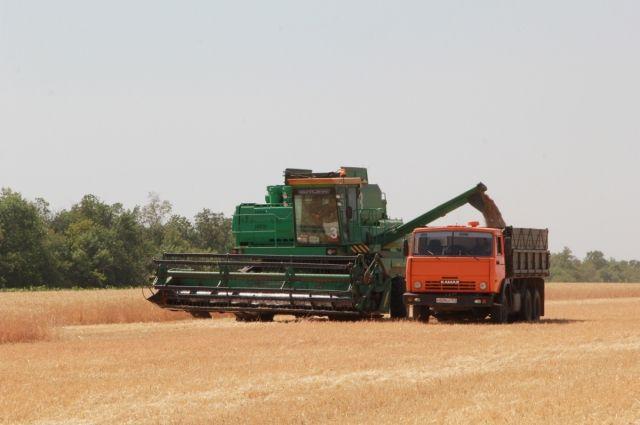 Чтобы снизить нагрузку на технику, хозяйства при поддержке правительства области обновляют машинно-тракторный парк.