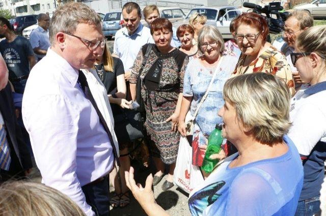 Жители Омска задают вопросы врио губернатора региона Александру Буркову.