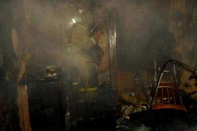 Огонь уничтожил деревянный дом.