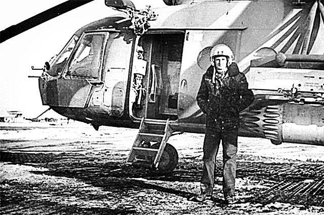Игорь Родобольский у своей боевой машины - вертолёта Ми-8. Афганистан, конец 1980-х гг.