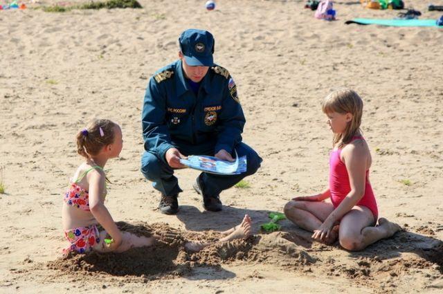 Спасатели разъясняют детям правила игры на воде. Только этого оказывается мало.