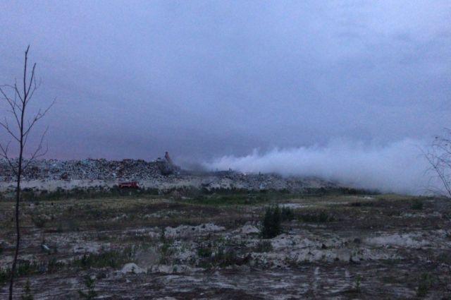 В Новом Уренгое пожар на свалке потушили только через семь часов