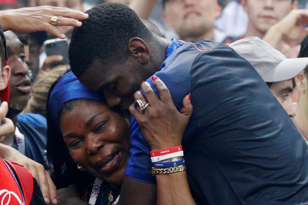 Игрок сборной Франции Поль Погба со своей матерью после победы на чемпионате мира.