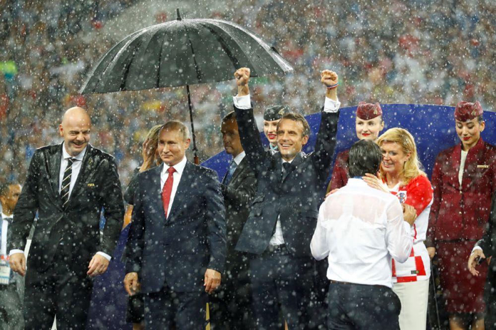 Зонт Путина во время финала ЧМ-2018 в «Лужниках» стал предметом обсуждения ряда западных СМИ. Во время церемонии награждения пошел дождь, и зонт раскрыли только над российским президентом, остальным их принесли значительно позже.