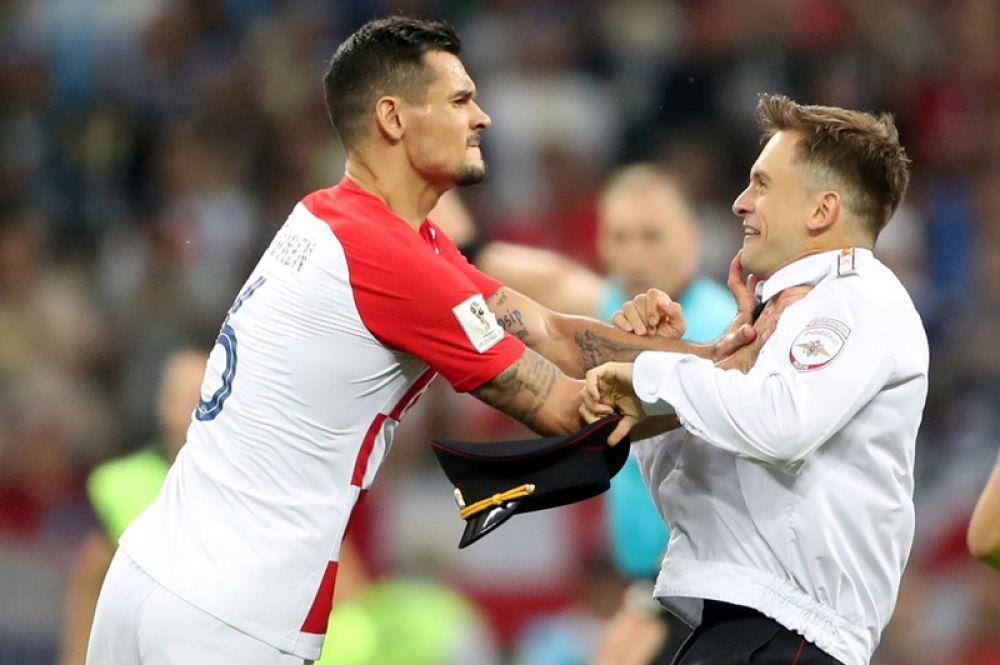 Защитник сборной Хорватии Деян Ловрен и один из активистов Pussy Riot, выбежавших на поле стадиона «Лужники во время финального матча чемпионата мира по футболу.
