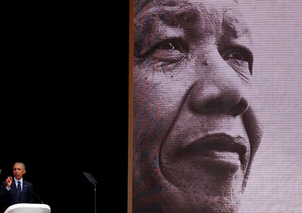 Экс-президент США Барак Обама выступает с ежегодной лекцией, посвященной 100-летию со дня рождения Нельсона Манделы в Йоханнесбурге, ЮАР.