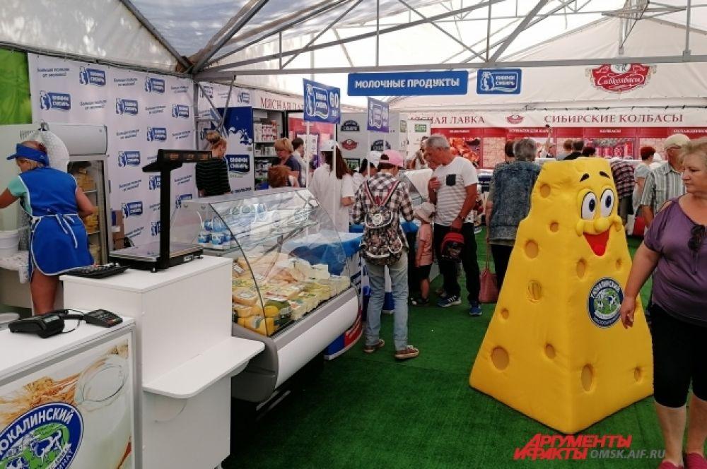 Молочные заводы представили свою продукцию.