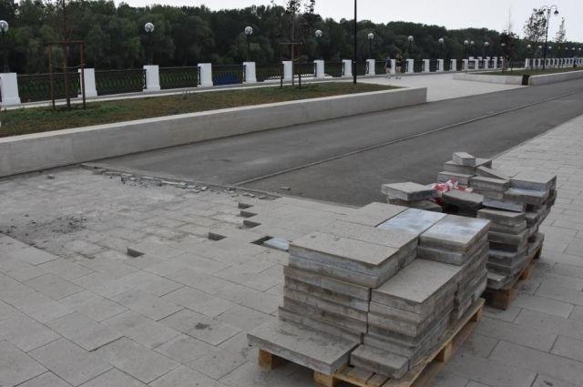 В Оренбурге начали замену сломанной плитки на набережной Урала.