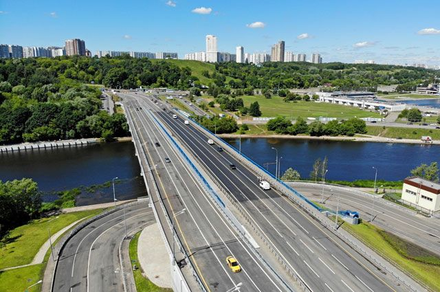 Крылатский мост стал вдвое шире благодаря дублёру. Теперь встречные потоки машин полностью разделены.