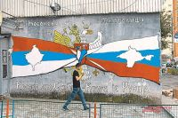 «Косово - это Сербия, Крым - это Россия», - гласит граффити на сербской стороне.