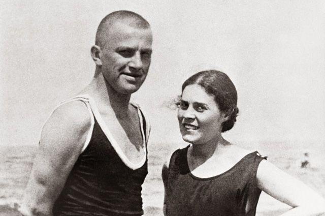 Владимир Маяковский и Лиля Брик в Германии на курорте Норден Зее в 1922 году.