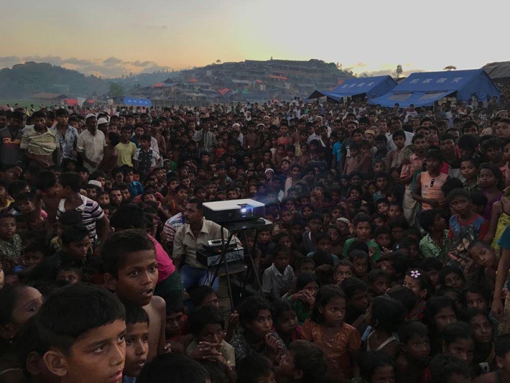 Жашим Салам, Бангладеш. Гран-при конкурса, фотограф года. Дети Рохинджа смотрят фильм в лагере беженцев в Ухии. Снято на iPhone 7.