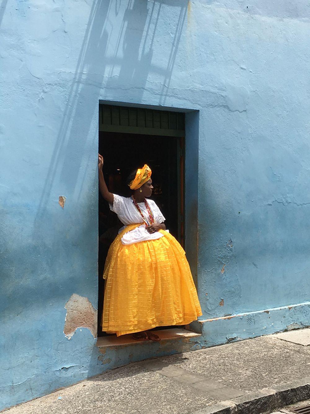 Александр Вебер, Швейцария. 1-е место, фотограф года. Бразильянка в традиционном наряде во время перерыва на работе. Снято на iPhone 6S.