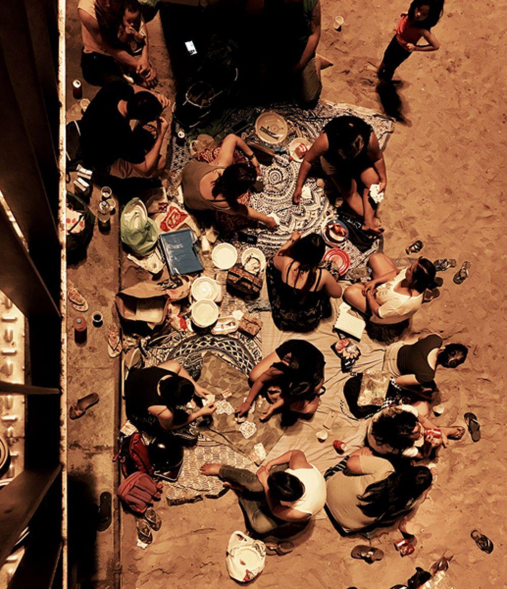 Паскаль Десапио, Швейцария. 3-е место в категории «Люди». Ночью на пляже Барселоны. Снято на iPhone 7 Plus.