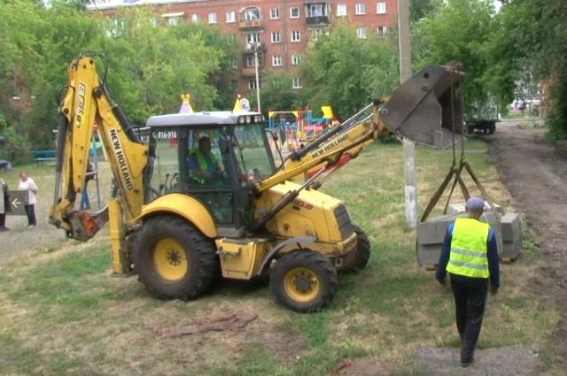 Подрядчики начали благоустраивать первый общедолевой двор в Иркутске.