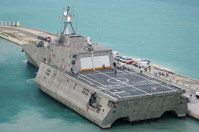 НаГавайях разбомбили иторпедировали десантный корабль