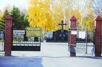 Кладбища по закону должны быть огорожены забором.