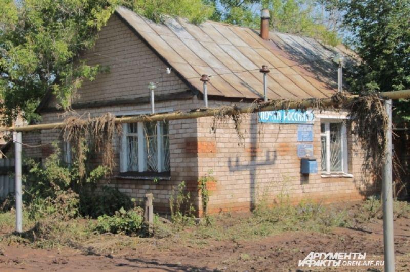 Дом, в котором находится почта, устоял.