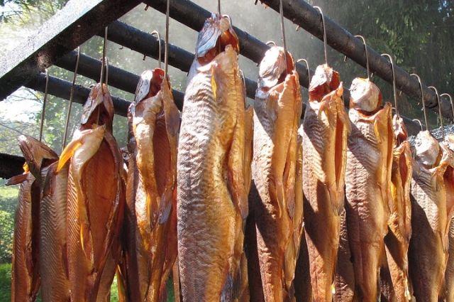 Перед копчением рыбу следует засолить, а потом и подвялить.