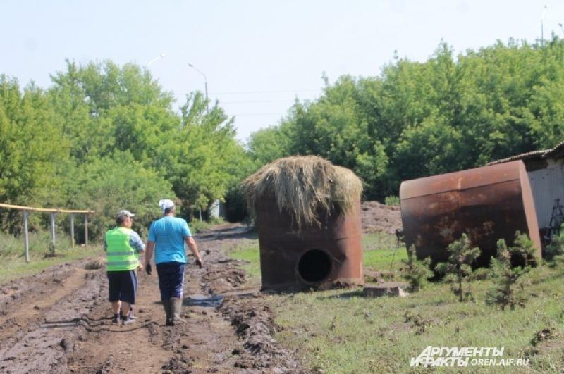 Огромную емкость вода подхватила и вынесла за несколько десятков метров от дома.