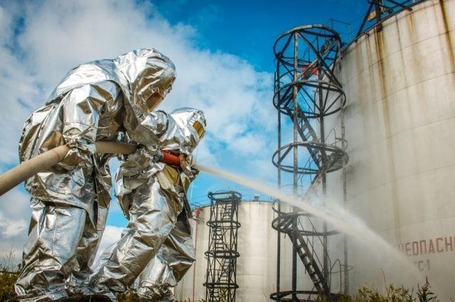 В Салехарде тренировались тушить пожар на складе ГСМ