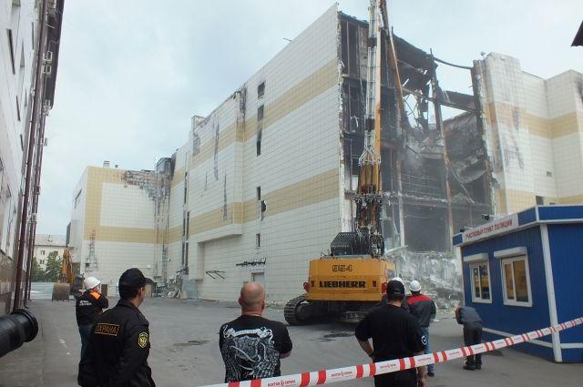 Снос комплекса «Зимняя вишня» начали с аварийного здания, в котором во время пожара рухнула крыша.