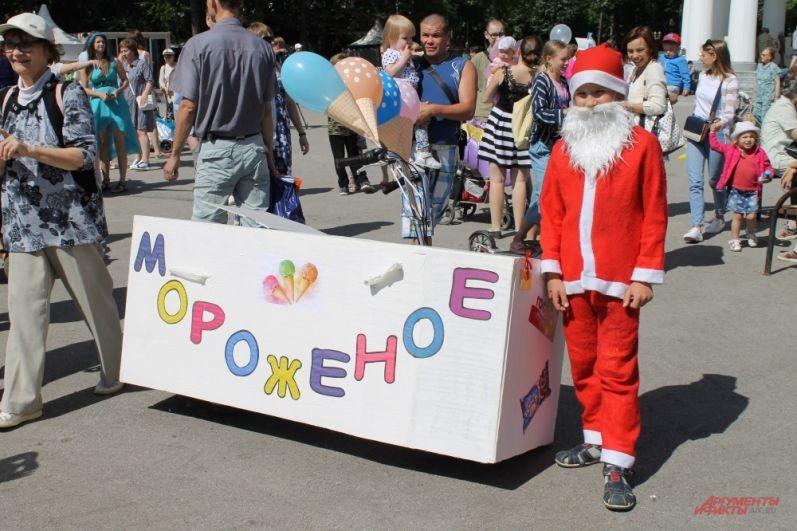 Дед Мороз принял участие в конкурсе велосипедов.