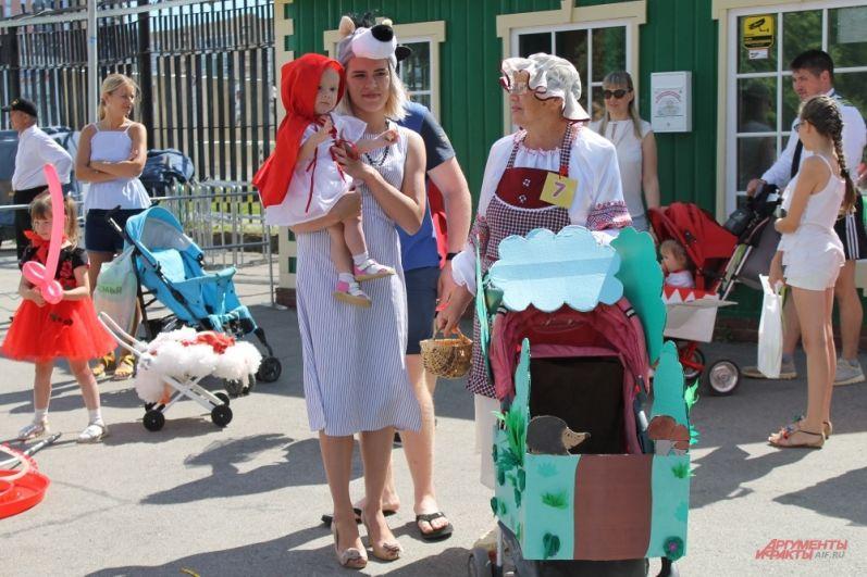 Маленькая красная шапочка ещё только учится ходить, но в конкурсе уже участвует.