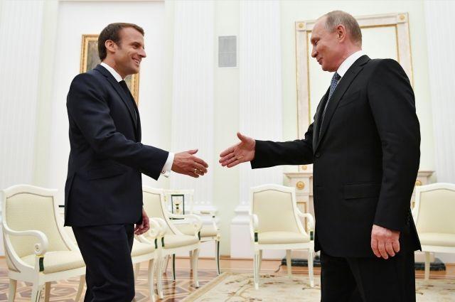 Путин и Макрон обсудили по телефону ряд международных проблем