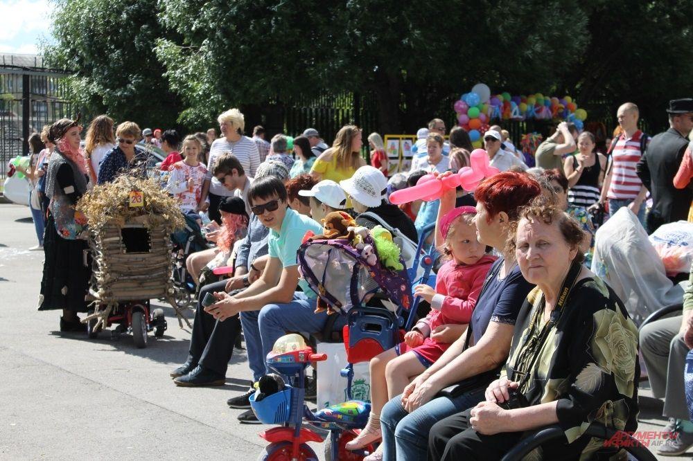 Зрители ждут начала парада.