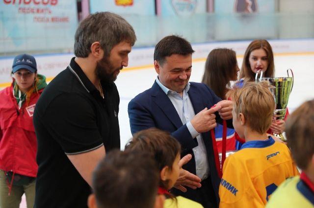 Глава Московской области и хоккеист Овечкин наградили участников OviCup